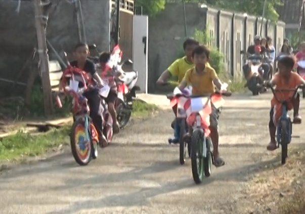Senyum Ceria Anak–Anak Ikuti Lomba Sepeda Hias