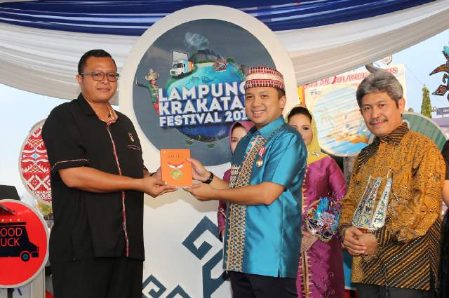 Gubernur Peroleh Dua Penghargaan Prestise Dalam Lampung Krakatau Festial 2016