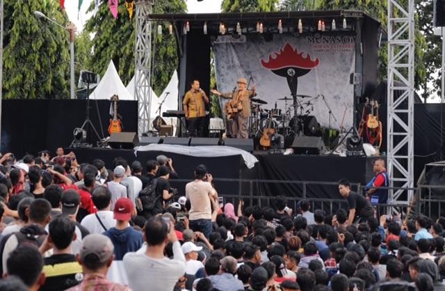 Ribuan Masyarakat Lampung Sangat Antusian Menyambut Penyanyi Legendaris Iwan Fals Pada Konser Munas OI