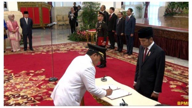 Arinal Djunaidi disaksikan Presiden Joko Widodo saat penandatanganan berita acara pelantikan
